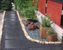 Ha unja már a gyepet: alakítson ki kavicságyat a kertben!